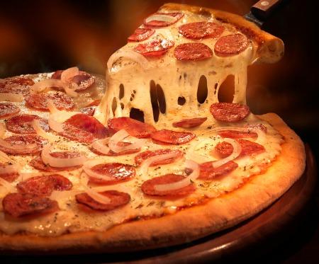Pizza de calabresa da Domino's. Crédito: Handam/Divulgação