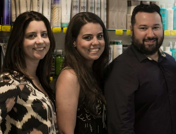 Germana e Graziella Moura junto com o beauty artist Guiggo Créditos: Divulgação