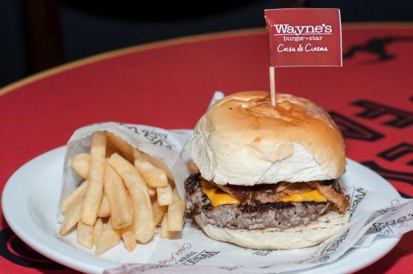 Angelina Jolie é o nome do hambúrguer da Wayne's, que abriu ontem em Boa Viagem, em frente ao Ponteio - Crédito: Dado Cavalcanti/Divulgação