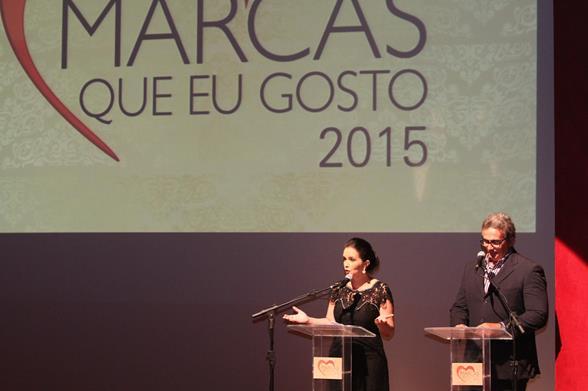 Isly Viana e Hugo Esteves apresentando o prêmio. Crédito: Nando Chiappetta/DP/D.A. Press