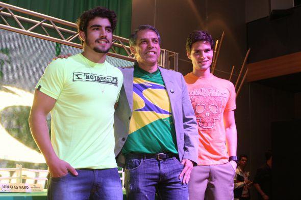 Arnaldo Xavier ladeado por Caio Castro e Jonata Fato - Crédito: Nando Chiappetta/DP/D.A Press