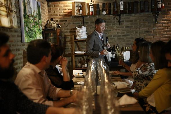 Hervé Birnie-Scott apresentando vinho Terrazas. Crédito: Raquel Melo/Divulgação