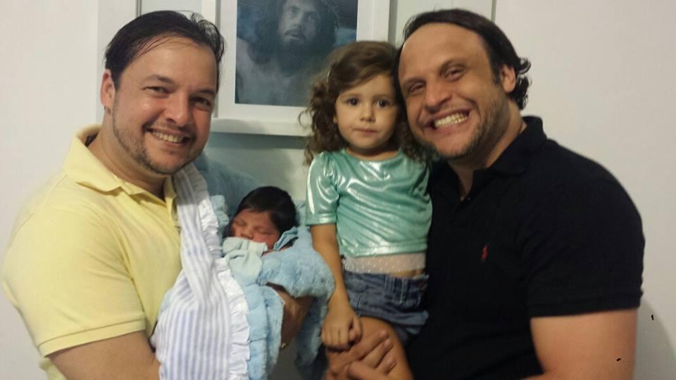 A família reunida quando o pequeno Théo chegou em casa Créditos: Arquivo pessoal