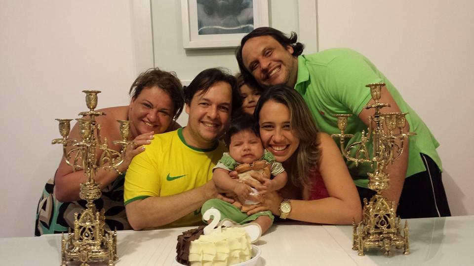 Família comemorando o segundo mês do Théo Créditos: Arquivo pessoal