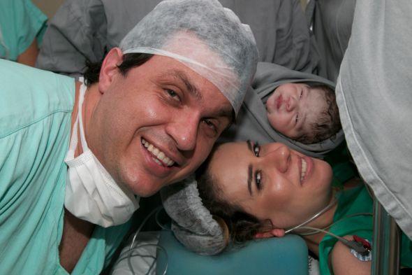 A primeira foto dos papais com Enzo Crédito: Tatiana Sotero/DP/D.A Press