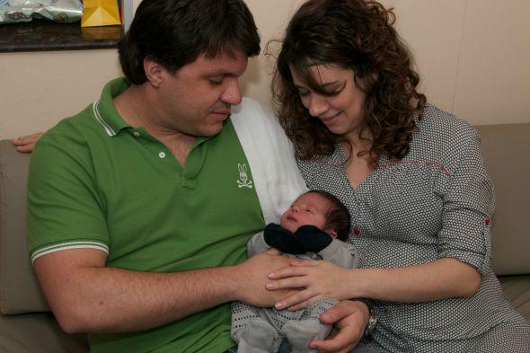 Os papais de primeira viagem segurando o pequeno Enzo. Nessa imagem ele estava com 1 dia de vida. Crédito: Tatiana Sotero/DP/D.A Press