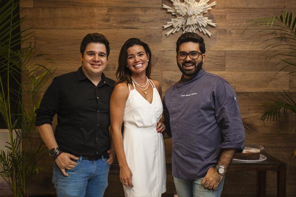Rebeka Oliveira, ladeada pelo arquiteto Luiz Canto - quem projetou o espaço - e o chef Elsinho Simões. Crédito: Victor Muzzi / Divulgação