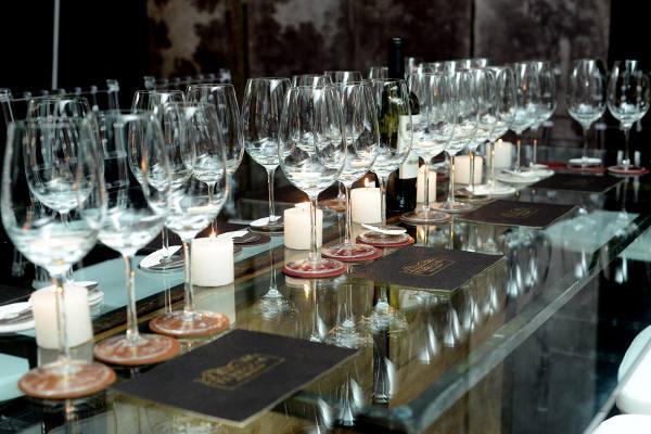 As muitas taças na mesa do jantar/Lulu Pinheiro