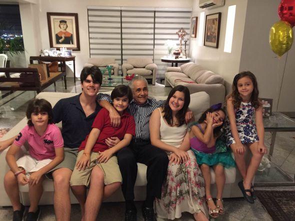 Marcello com os seis netos. Crédito: Arquivo Pessoal