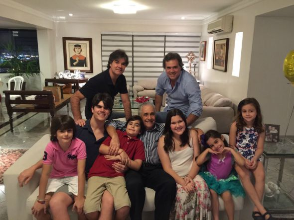 Marcello com os seis netos e os filhos Gilberto e Sílvio. Crédito: Arquivo Pessoal