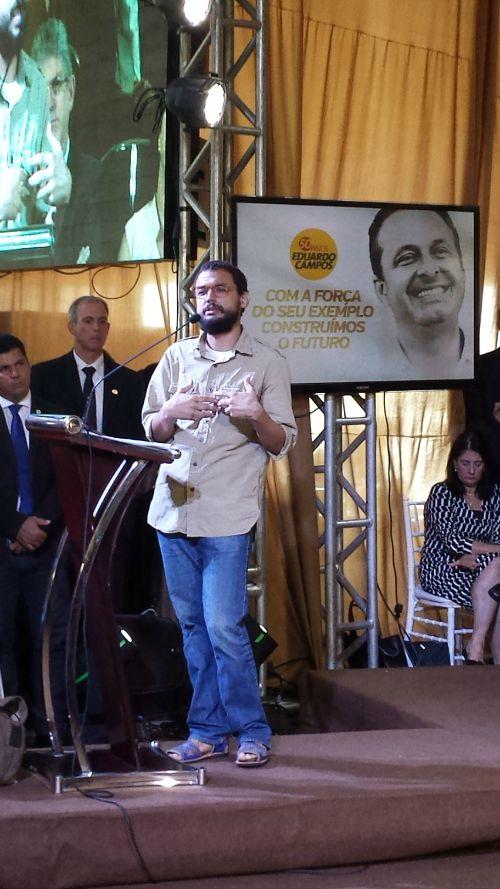 O poeta Antônio Marinho em seu discurso. Crédito: Beatriz Pires/DP/D.A Press