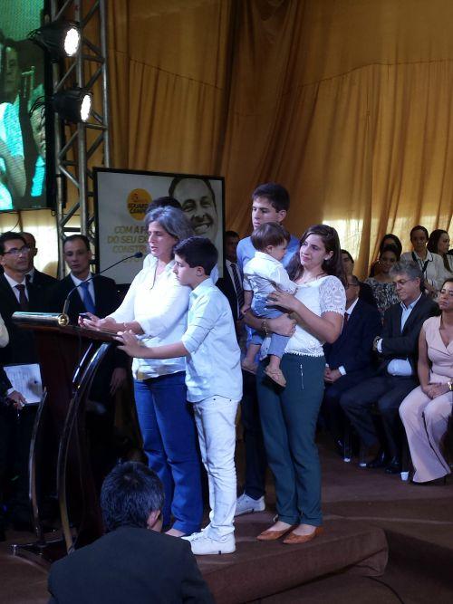 Renata Campos acompanhada dos filhos João, Pedro, Eduarda, José e Miguel. Crédito: Beatriz Pires/DP/D.A Press