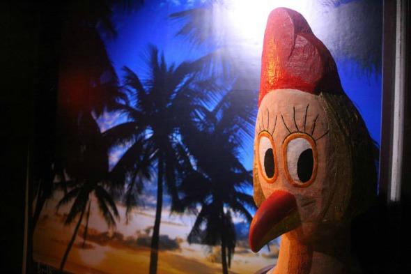 As famosas galinhas que enfeitam as ruas de Porto de Galinhas fazem parte da decoração do Birosca, na Ilha do Leite – Crédito: Vinicius Ramos/Divulgação