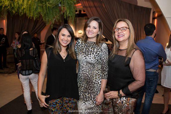 Nina Lacerda e as organizadoras do evento,  Viviane e Jacqueline Branco Créditos: Daniel Siqueira/divulgação