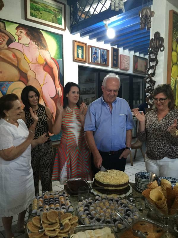 Jarbas corta o bolo com a irmã e as filhas