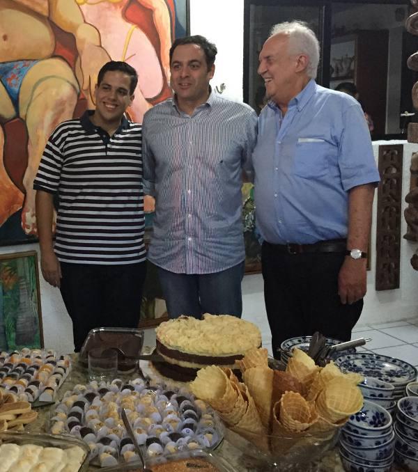 Jarbinhas, Paulo Câmara e Jarbas Vasconcelos na irresistível mesa de sobremesas
