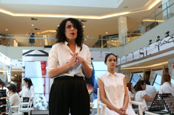 A maquiadora sênior da MAC, Fabiana Gomes - Crédito: Tatiana Sotero/DP/D.A Press