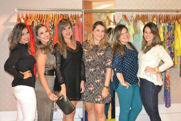 Renata Melo, Paula D'Albuquerque, Regina Melo, Natalia Melo, Debora Melo, Yacy Ribeiro. Crédito: Vitória Maciel/Divulgação