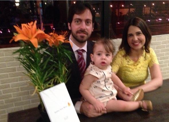Renata Maia com o marido Júlio Ribeiro e a garotinha que inspirou o livro, Manuela. Crédito: Arquivo pessoal