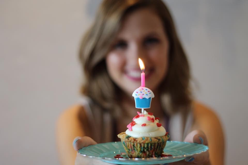 Raphaella Batista resolveu continuar sua paixão por cozinhar cupcakes Créditos: Flavia Falcão/Divulgação