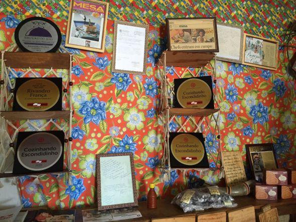 Os prêmios que o chef Rivandro França já ganhou estão expostos no restaurante - Crédito: Thayse Boldrini/DP/D.A Press