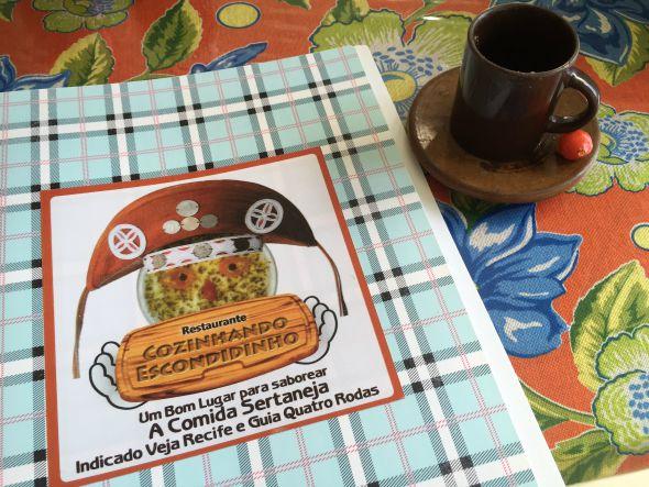 O cardápio do restaurante é simples e a primeira página dele conta um pouco da história do chef, Rivandro França - Crédito: Thayse Boldrini/DP/D.A Press
