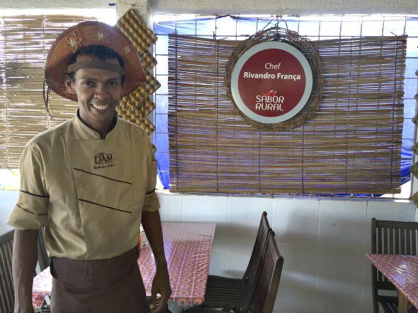 Rivandro França recebe os clientes com seu chapéu de couro no restaurante Cozinhando Escondidinho, em Casa Amarela - Crédito: Thayse Boldrini/DP/D.A Press