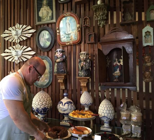 Márcio Costa arrumando os pratos