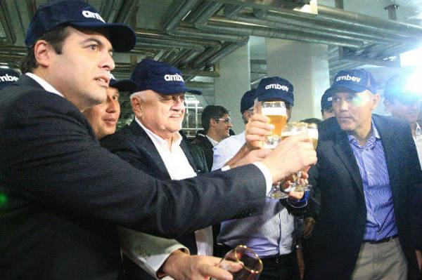 Paulo Câmara e Guilhrme Coelho brindam com diretores da Ambev/Governo do Estado/Divulgação