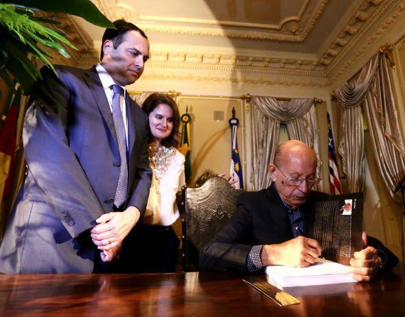 Ana Luiza e Paulo Câmara ao lado do escritor Jorge José Santana. Credito: Aluísio Moreira/SEI