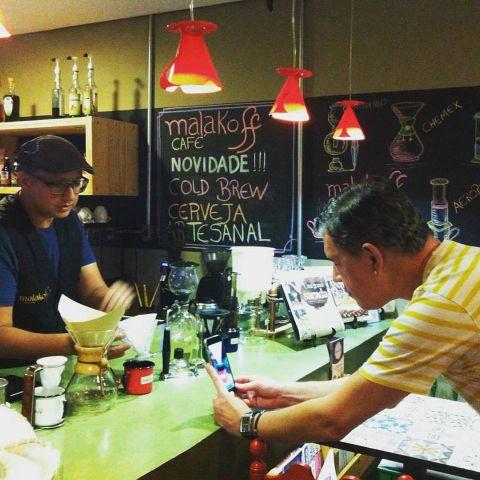 Sérgio Pavarini transmitindo dicas do barista Alan Cavalcanti no seu Periscope. Crédito: Malakoff Café/Divulgação
