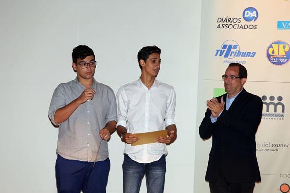 Lucas Beltrão Rodrigues e Emanuel Moura da Veiga, os estudantes ganhadores do prêmio Jovens Talentos Créditos: Divulgação