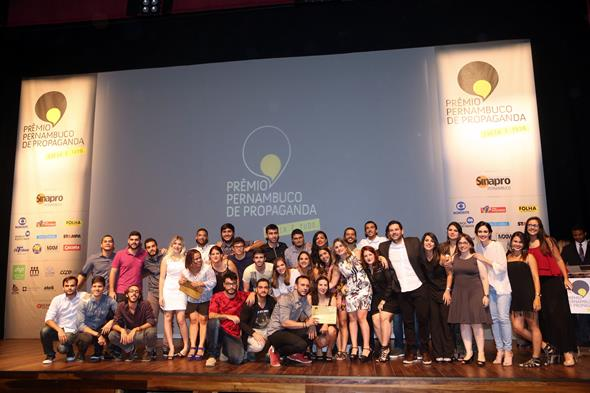Toda a equipe da Casa Comunicação comemorando as vitórias na premiação Créditos: Divulgação