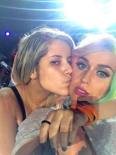 Rayane Souza e Katy Perry, no palco do Rock In Rio. Crédito: Reprodução Twitter