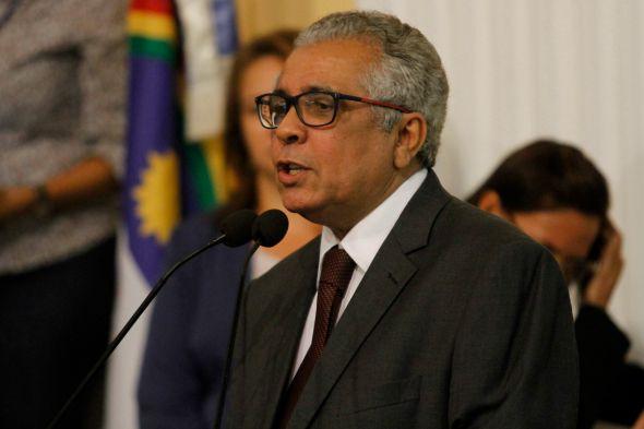 O jornalista Evaldo Costa, um dos autores da obra. Crédito: Ricardo Fernandes/DP/D.A Press