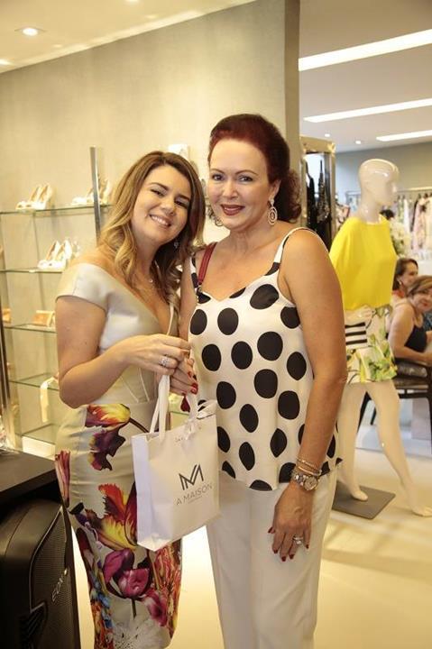 Lourdinha foi uma das ganhadoras do sorteio de peças da loja, Mary Mansur entregou o mimo. Crédito: Gleyson Ramos/Divulgação