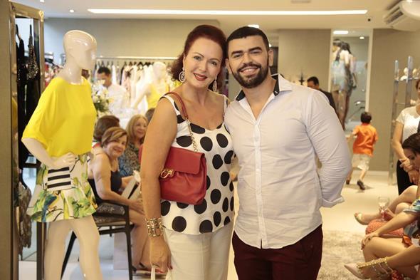 Lourdinha Maciel posou ao lado do cabeleireiro da nova A Maison Layon Santino. Crédito: Gleyson Ramos/Divulgação