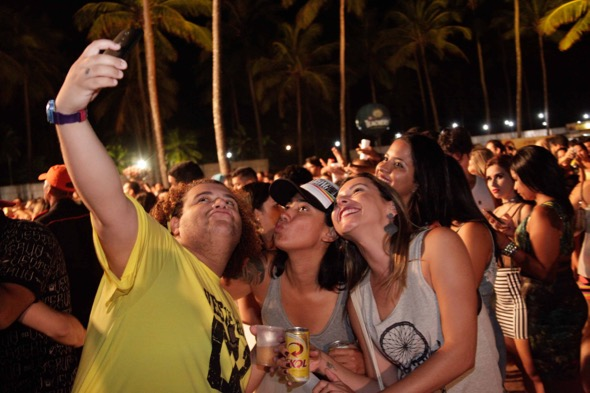 Gominho e suas fãs. Crédito: Vito Sormany / Divulgação