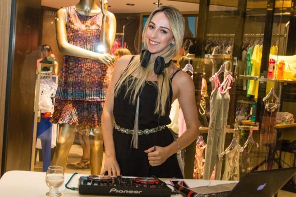 A DJ Anna Sarah assumiu o som na inauguração - Crédito: Tatiana Sotero/DP/D.A Press