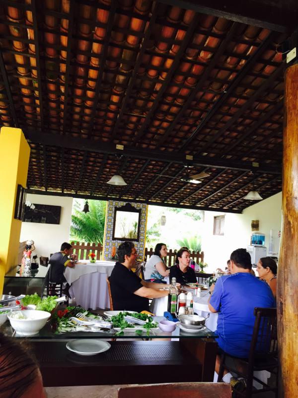 Sala de refeições, com buffet de saladas