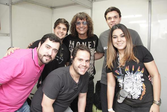 Luiz Caldas com produtores. Crédito: Larissa Nunes / Divulgação