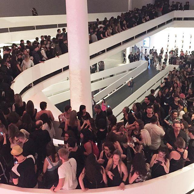 A fila para entrar na festa da Ellus dava voltas na rampa da Bienal