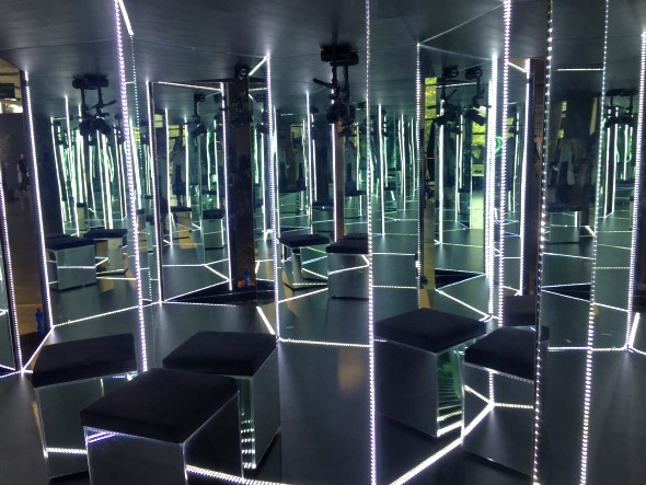 Cabine de espelhos é i, dos espaços mais disputados para quem quer postar uma foto diferente no Instagram - Crédito: Thayse Boldrini/DP/D.A Press