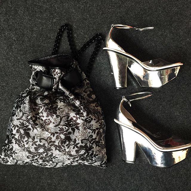 Sandália de plataforma ganha versão metalizada - Crédito: Reprodução do Instagram