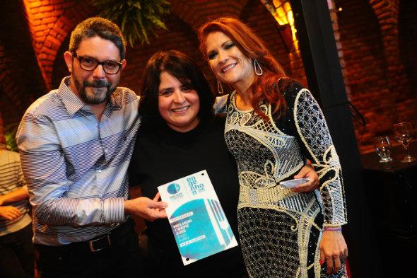 Léo Barbosa e Angela dos Anjos (Anjo Solto) e Dani Gouveia prestigiam a cerimônia de premiação. Foto: Armando Artoni/Divulgação