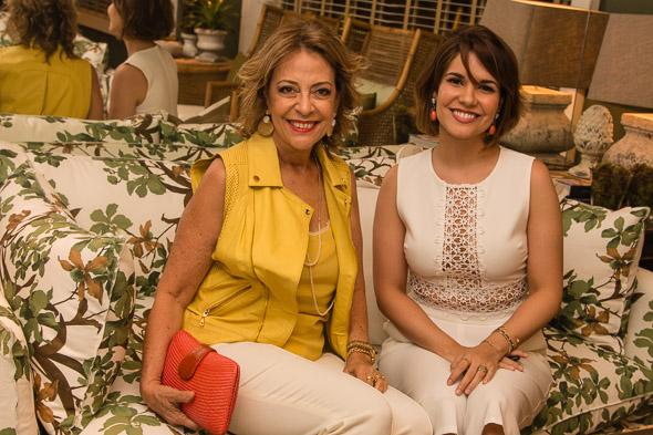 Márcia Nejaim e Suzana Azevedo no sofá com estampa de folhagens do Avarandado - Crédito: Tatiana Sotero/DP/D.A Press