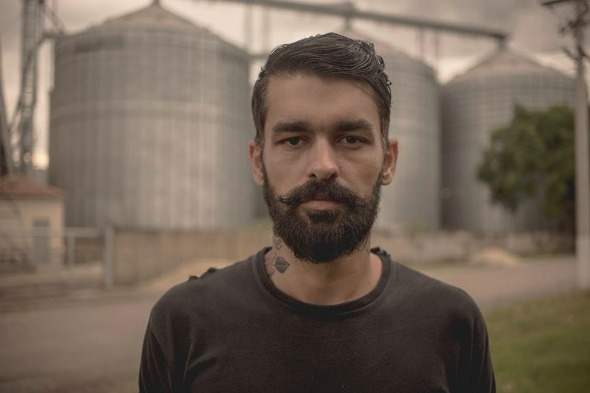 O cantor Rodrigo Tavares, à frente do projeto Esteban. Crédito: Reprodução Facebook