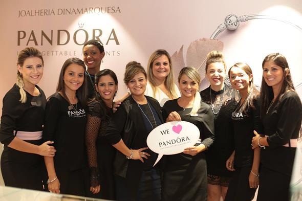A equipe da PANDORA caprichou no entusiasmo Graziella Veiga Falótico, que veio de São Paulo para prestigiar o evento  créditos: Paloma Amorim/Divulgação