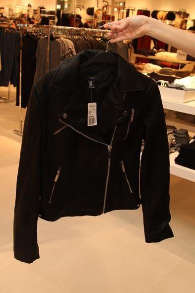Uma das peças mais caras da loja, a jaqueta preta custa R$ 149,90. Crédito: Tatiana Sotero/D.P./DA Press