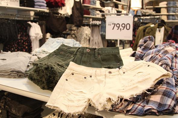 Os shorts detonados custam R$ 79,90 e aparecem em várias cores. Crédito: Tatiana Sotero/D.P./DA Press